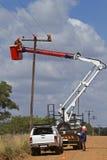 Monteurs de lignes travaillant à la ligne à haute tension Image libre de droits
