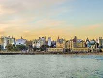 Montevideo-Gebäude vor dem Meer Lizenzfreies Stockfoto