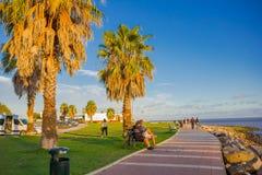 MONTEVIDEO, URUGUAY - 4 DE MAYO DE 2016: gente que pasa una cierta hora libre en un parque situado delante de la playa Imágenes de archivo libres de regalías