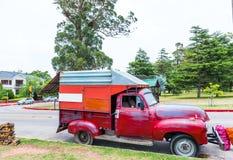 MONTEVIDEO, URUGUAY, ETATS-UNIS - 12 DÉCEMBRE 2017 : Camion rouge sur la route Avec l'orientation sélectrice photographie stock