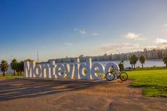 MONTEVIDEO URUGUAY - MAJ 04, 2016: det montevideo tecknet builded i 2012, och det är en av de huvudsakliga atractionsna av staden Fotografering för Bildbyråer