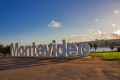 MONTEVIDEO URUGUAY - MAJ 04, 2016: montevideo som är skriftlig i bokstäver med trevligt solnedgångljus Royaltyfria Foton