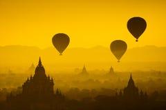 Montez en ballon au-dessus de la plaine de Bagan dans le matin brumeux, Myanmar Photographie stock libre de droits