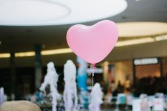 Montez en ballon dans une forme de coeur d'intérieur, sur le mail Photos libres de droits