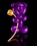 Montez en ballon la sculpture d'un ours avec une fleur d'or Images stock