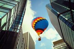 Montez en ballon voler au-dessus du bâtiment moderne de tour en ville de Hong Kong vers le bas photos stock