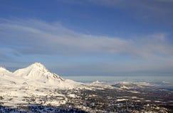 Montez en cascade l'antenne de l'hiver de chaîne de montagne Photographie stock
