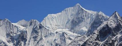 Montez Gangchenpo une journée de printemps claire après des chutes de neige Moun élevé Photographie stock libre de droits