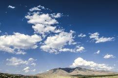 Montez le ler d'arums et le village de montagne le jour ensoleillé d'automne Images libres de droits