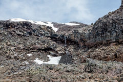 Montez le paysage de Ruapehu et le petit watefall coulant sous un chapeau de neige dans le parc national de Tongariro Images stock