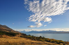 Montez le point de vue de cuisinier avec le lac Pukaki et la route menant pour monter le village de cuisinier Photographie stock