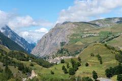 Montez Les Terrasses et ville de tombe de La (les Frances) Photographie stock libre de droits