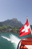 Montez Pilatus avec l'indicateur suisse et le sillage du bateau. Photos stock
