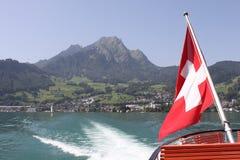 Montez Pilatus avec l'indicateur suisse et le sillage du bateau. Photo stock