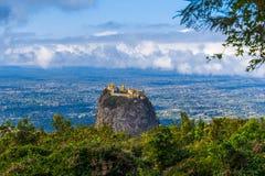 Montez Popa sur un vieux volcan dans Bagan, Myanmar images libres de droits