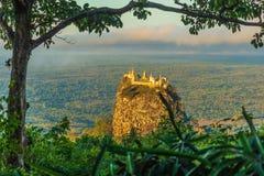 Montez Popa sur un vieux volcan dans Bagan, Myanmar image stock