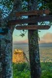 Montez Popa sur un vieux volcan dans Bagan, Myanmar photo libre de droits