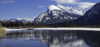 Montez Rundle reflété dans les eaux glaciales des lacs vermeils Photos libres de droits