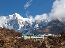 Montez Thamserku et village sur le chemin au camp de base d'Everest Image libre de droits