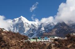 Montez Thamserku sur le chemin au camp de base d'Everest, Népal Photos stock