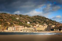 Montez Ulia au-dessus de plage de zurriola à donostia San Sebastian Photos libres de droits