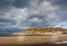 Montez Ulia au-dessus de plage de zurriola à donostia San Sebastian Photographie stock