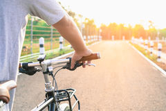 Montez un vélo sur la route d'été Images stock