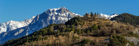 Montgardin-Dorfkirche und Pic Morgon im Winter, Alpen, Frankreich Lizenzfreie Stockbilder