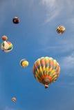 Montgolfières avec le fond de ciel bleu et de nuages Photo stock