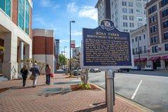 Montgomery del centro con l'ampia via, l'automobile parcheggiata e le costruzioni nei precedenti Montgomery, Alabama Immagine Stock Libera da Diritti