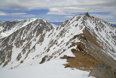 Montgomery Peak guardando dalla sommità del picco nelle montagne bianche, Nevada di frontiera Immagine Stock Libera da Diritti