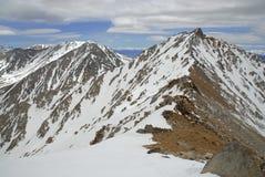 Montgomery Peak som beskådad från toppmöte av gränsmaximumet i de vita bergen, Nevada Royaltyfri Bild