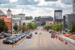 Montgomery van de binnenstad met brede straat, geparkeerde auto en gebouwen op de achtergrond Montgomery, Alabama Stock Afbeelding