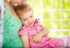 Monther met een glimlachend kind stock fotografie