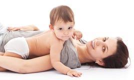 11 monthes Babyspiele mit ihrer Mutter. Stockbild