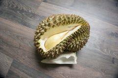 monthong del durian en el piso laminado imagen de archivo