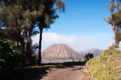 Monti Bromo, un vulcano attivo con chiaro cielo blu al parco nazionale di Tengger Semeru Fotografia Stock