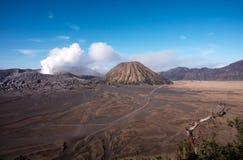 Monti Bromo, un vulcano attivo con chiaro cielo blu al parco nazionale di Tengger Semeru Fotografia Stock Libera da Diritti