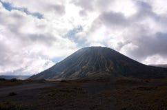 Monti Bromo, vulcano attivo con il cielo nuvoloso al parco nazionale di Tengger Semeru Fotografia Stock Libera da Diritti
