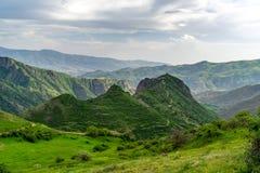 Monti con la fortezza di Smbataberd sulla cima, Armenia fotografie stock libere da diritti