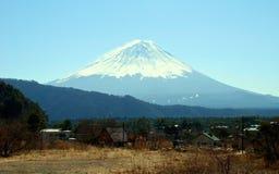Monti Fuji e un villaggio vicino, Giappone immagine stock libera da diritti