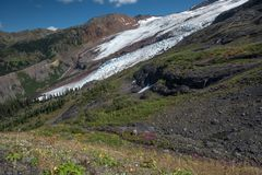 Monti i ghiacciai del panettiere, le insenature, le cascate ed i wildflowers dell'estate, fotografia stock libera da diritti