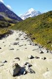 Monti il cuoco (Aoraki) ed il fiume che scorre dal ghiacciaio Fotografie Stock Libere da Diritti