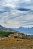Monti il cuoco Road situato accanto al lago scenico Pukaki che conduce in Nuova Zelanda & x27; più alta montagna Aoraki di s/cuoc Fotografia Stock Libera da Diritti