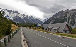 Monti il cuoco Village situato nella valle della puttana alla base di nuova più alta montagna di Zealand's, Aoraki/cuoco del su Fotografie Stock Libere da Diritti
