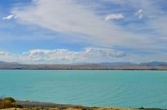 Monti il punto di vista del cuoco con il lago Pukaki e la strada che conduce per montare il villaggio del cuoco Immagini Stock Libere da Diritti
