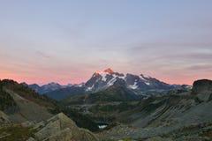 Monti il tramonto di Shuksan, osservato dai pendii di Herman Saddle Fotografie Stock