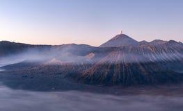 Monti il vulcano di Bromo durante l'ora blu al parco nazionale di Bromo Tengger Semeru, East Java, Indonesia fotografia stock