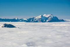 Monti l'aumento di Pilatus sopra le nuvole dense in alpi Immagini Stock Libere da Diritti
