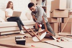 Monti la mobilia che fa la nuova mobilia nella sala fotografia stock